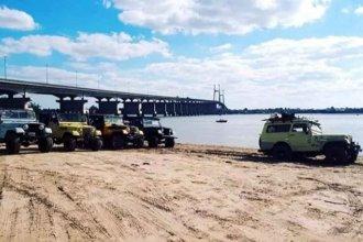 Por la bajante del Paraná, vehículos copan las islas próximas al puente Rosario-Victoria