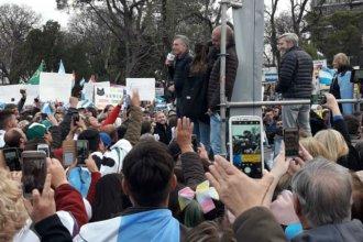 Con respuestas a chicanas del debate, Macri hizo su paso por la capital provincial