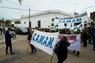 Pese al frío y a la amenaza de lluvias, jubilados salieron a las calles a reclamarle al PAMI