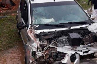 Mañana accidentada en San José: perdió el control del auto, impactó un poste y derribó una pared