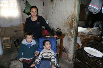 Hace 18 años espera por una casa y vive con su hijo discapacitado en condiciones precarias