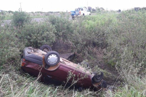 Por el robo y el vuelco de un automóvil, la Policía busca a una familia que huyó tras el accidente