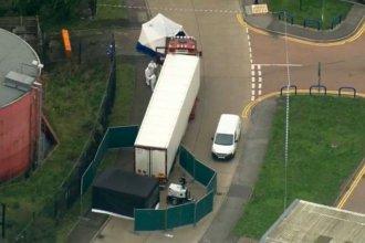 Conmoción por el macabro hallazgo de 39 cadáveres en un camión térmico