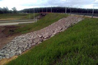 Con la construcción de pedraplenes, buscan terminar con la erosión de una rotonda en la autovía Artigas