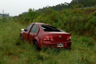 El domingo lluvioso tuvo otro perjudicado: volcó su auto en la autovía Artigas