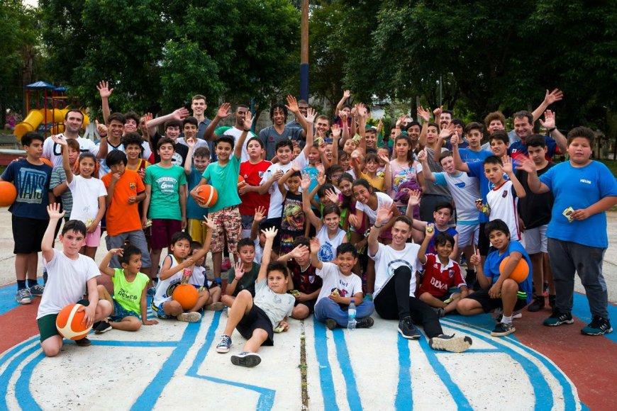 Juntos: niños y jugadores, ayer en Villa Adela.