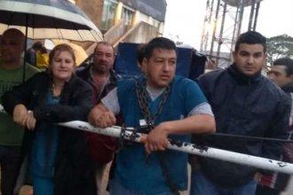 ¿Por qué un grupo de trabajadores municipales decidió encadenarse en su lugar de trabajo?