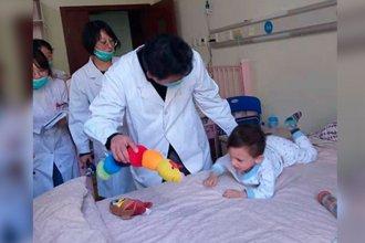 Renzo recibió el último implante en China y se prepara para regresar