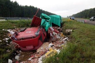 Tras el despiste de un camión, dos personas sufrieron graves heridas y fueron hospitalizadas