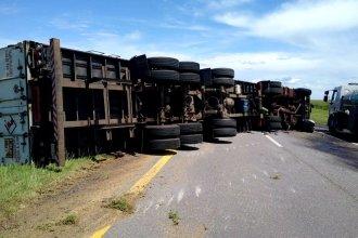 Camión volcó en plena ruta 14 y provocó demoras a quienes transitaban por la zona