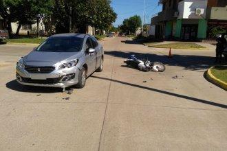 Sin casco, un joven motociclista sufrió lesiones graves que obligaron a trasladarlo