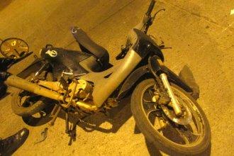 Motociclistas chocaron y uno de ellos terminó en el hospital con heridas graves
