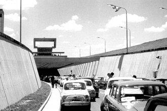 Con una caravana de vehículos de época, reeditarán la inauguración del túnel subfluvial