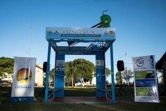 Inauguraron una estación solar que permitirá cargar celulares y agua para el mate