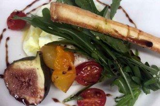 Burrata con tomates confitados e higos asados