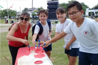 Sanjosesinos y turistas pintaron un banco rojo contra la violencia de género