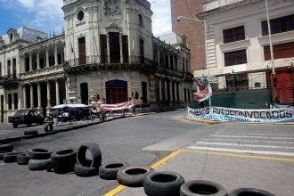 Fin de semana de acampe y corte de calle frente a la Municipalidad