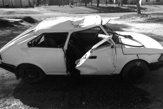 En un violento vuelco, su acompañante salió despedido del auto y él se dio a la fuga