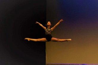 Josefina es bailarina de ballet y vende rifas para participar en una competencia en Estados Unidos