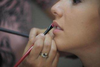 A través de la redes, ofrece peinado y maquillaje gratis para egresadas