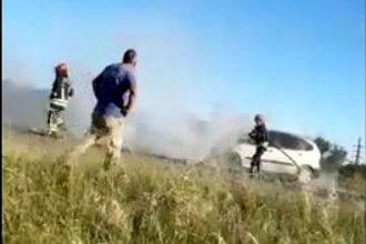 Bomberos acudieron al rescate, cuando ardía en llamas en el acceso a La Histórica