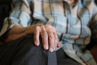 Una joven se aprovechó de la buena fe de un anciano, ingresó a su casa y le robo dinero