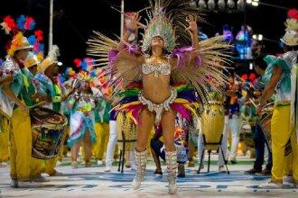 Comparsa Bella Samba presenta sus figuras