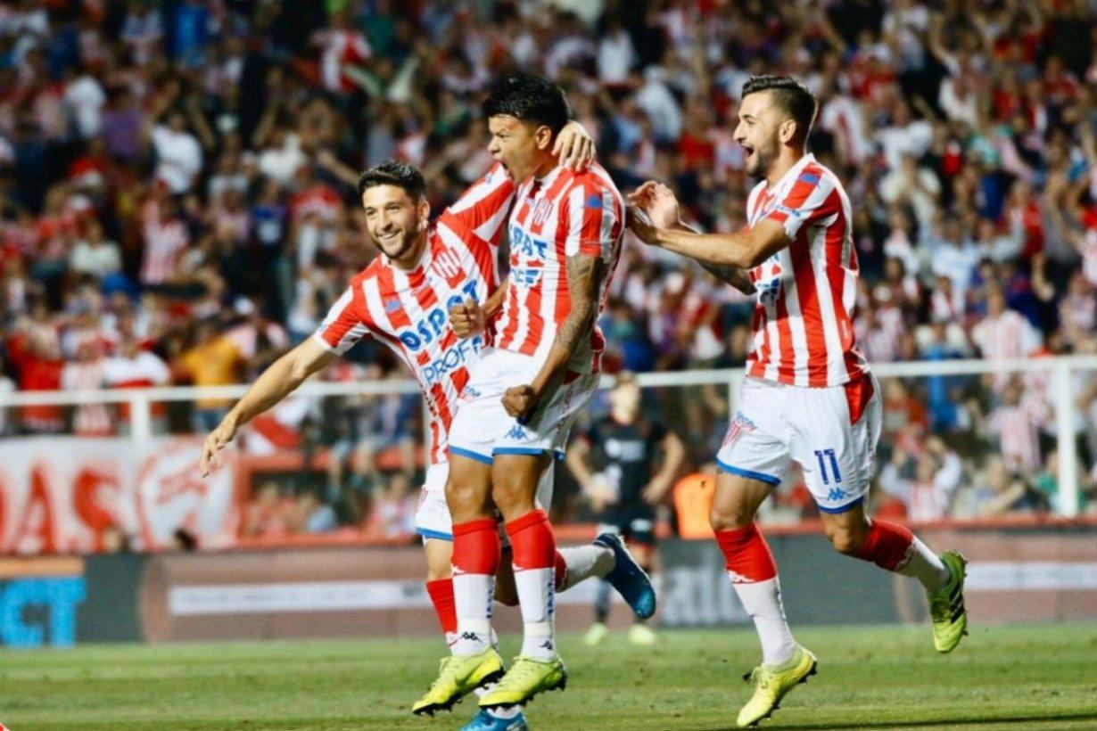 Bou festeja el gol que fue el del triunfo.