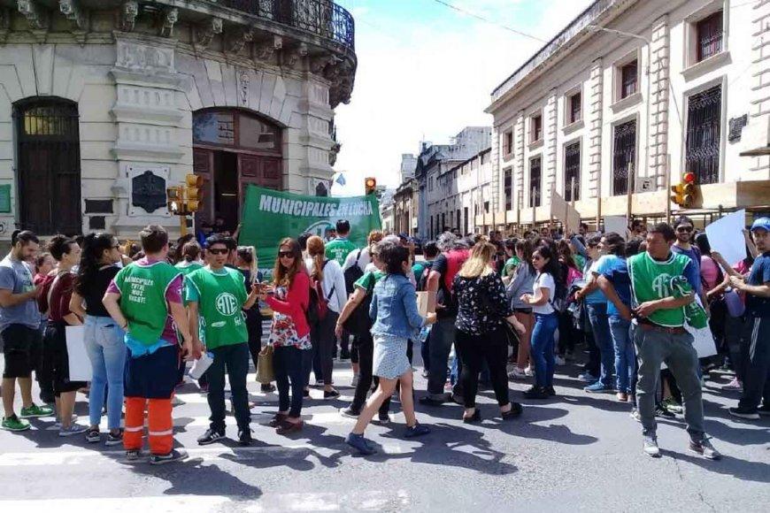 Protesta frente a la Municipalidad de Paraná