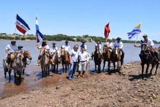 Sobre el río Uruguay, Gay y Lima intercambiaron banderas como símbolo de hermandad entre los pueblos