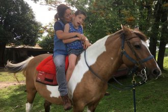 """Montar a caballo es terapéutico"", dice la responsable del Centro de Equinoterapia ""Pasos de vida"""