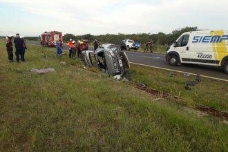 Tras despiste y vuelco, rescataron al conductor con pérdida de conocimiento