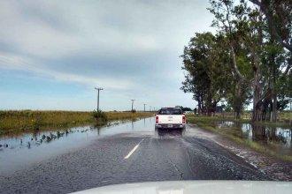 El agua de lluvia, encerrada entre las banquinas de una ruta