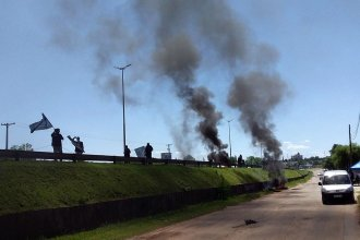 Con carpa, banderas y columnas de humo protestaron nuevamente por un despido y el quiebre de un acuerdo