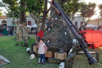 El polémico árbol navideño hecho con balas, cañones y escopetas