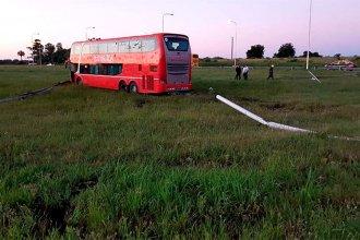 Bomberos debieron socorrer a los pasajeros de un micro que siguió de largo en una curva de la autovía