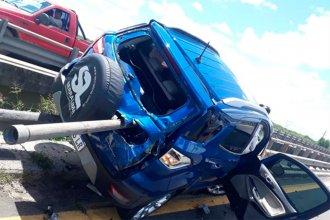 Perdió el control de su camioneta y se incrustó en la baranda de un puente