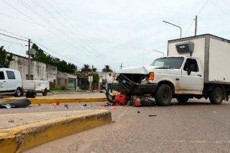 Encontró la muerte en una esquina, tras chocar con su moto contra una camioneta