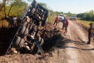 Camión mordió el borde de un puente en construcción, volcó y quedó incrustado en un pozo