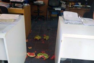 Golpeó a un empleado y desparramó sandía: la furia de un vendedor en una oficina municipal