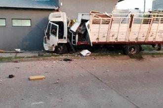 Persecución policial terminó en accidente: robó un camión, chocó varios autos e impactó contra un edificio