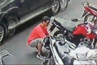 Robo a moto estacionada: Allanaron la casa del joven captado por las cámaras pero no lograron ubicarlo