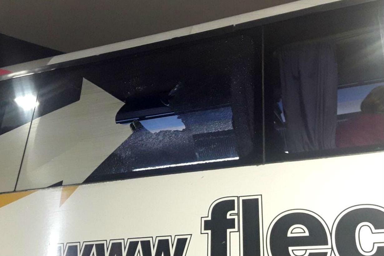 Así quedó una de las ventanas tras el piedrazo.