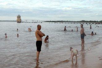 """Río Uruguay: de un lado disfrutan de sus aguas con """"muy buen nivel de calidad"""", del otro hallan algas"""
