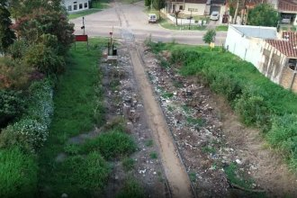 La basura que no vemos: al lado de las vías, microbasurales mostrados con el drone