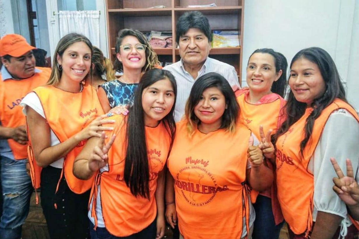 Soledad, a la derecha de Evo Morales con pechera