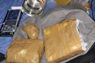 Buscaban armas pero encontraron casi un kilo de cocaína: hay un hombre detenido