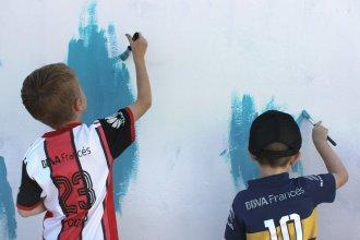 El entrerriano que vendió su empresa y recorre el país pintando murales junto a niños de cada ciudad