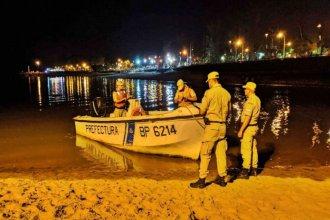 Buscan a un hombre que se arrojó al río de noche y no volvió a la superficie