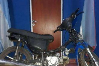 Le pidieron ayuda y cuando paró le robaron la moto
